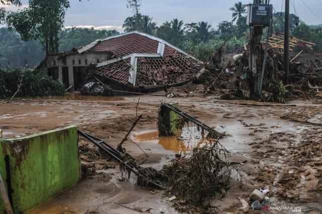 Kepala BNPB Bersama Menko PMK Sambangi Pengungsi di Lebak dan Bogor