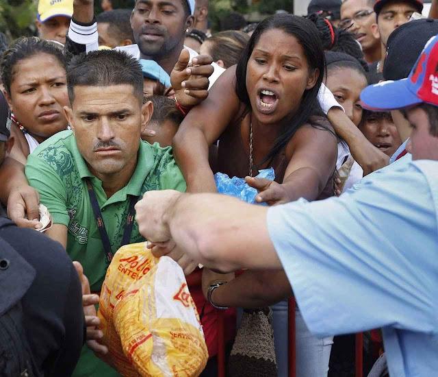 Degradantes brigas para conseguir alimentos controlados pelo socialismo.
