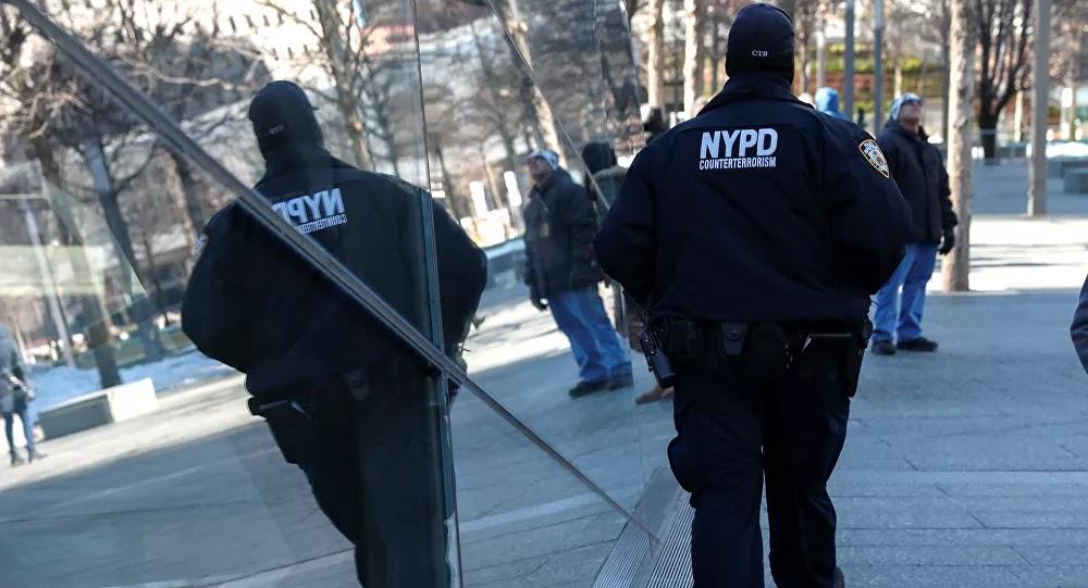 أمريكي يعتدي بوحشية على امرأة من أصل آسيوي يثير ضجة في نيويورك... فيديو