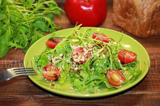 рецепт салата с рукколой, кедровыми орехами и пармезаном