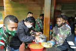 Peduli Dengan Sesama, Satgas Pamrahwan Yonif 756/WMS Pos Banti Bagikan Makanan pada Masyarakat