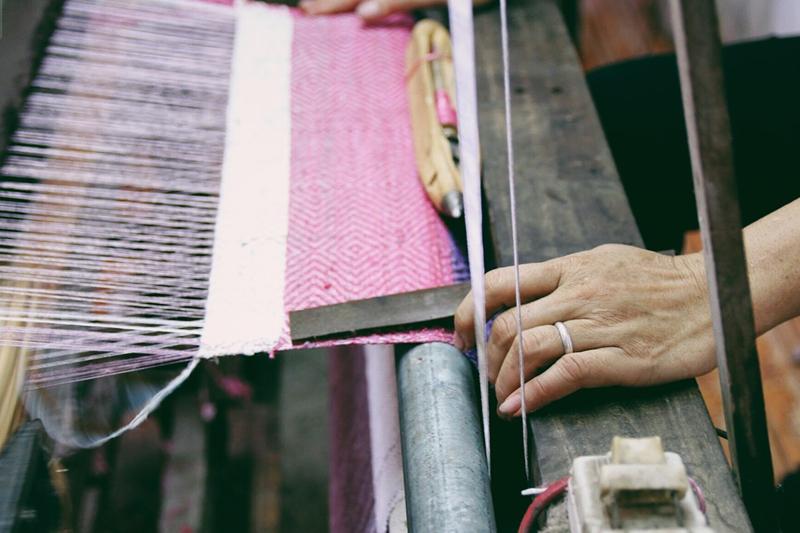Dệt khăn từ sợi tơ sen