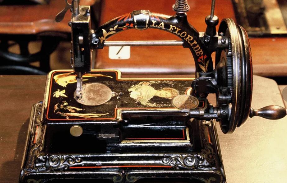 если первая швейная машина фото кто изобрел модели классическом стиле