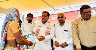 राज्यमंत्री श्री रामखेलावन पटेल ने मुख्यमंत्री आवास योजना के हितग्राहियों को किया पट्टो का वितरण