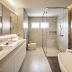 Banheiro de casal com porcelanato aço corten e concreto e banheira de imersão!