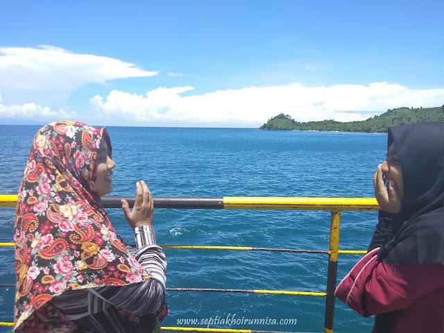 Pemandangan laut yang indah dari atas kapal ferry