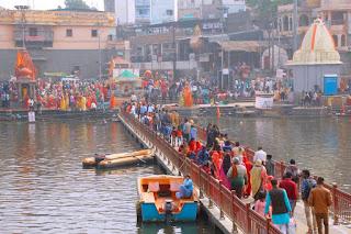 मकर संक्रान्ति पर शिप्रा नदी में श्रद्धालुओं ने डुबकी लगाई