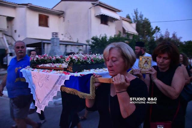 Επτανησιακό έθιμο με περιφορά του Επιταφίου της Παναγίας από γυναίκες στο Ναύπλιο (βίντεο)