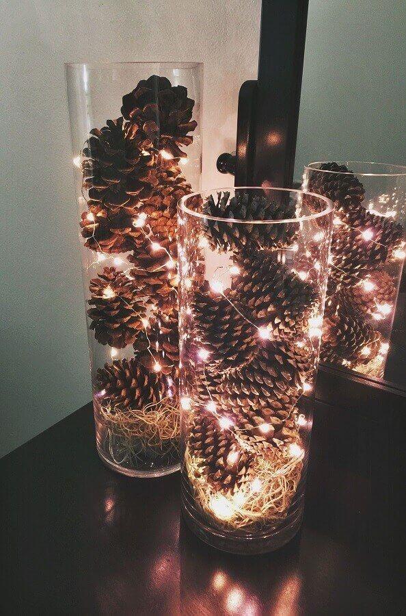 Decoração de Natal com pinhas, enfeites, pinhas pintadas, guirlandas, árvore de Natal tudo para você se inspirar.decoração de Natal com pinhas