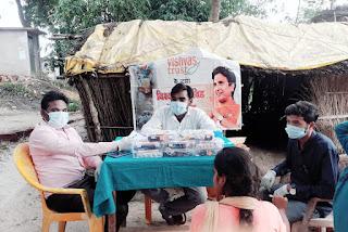 गांव में कैम्प लगाकर युवा पत्रकार आनंद ग्रामीणों को कोरोना टीका लगवाने के लिए कर रहे जागरूक     #NayaSaberaNetwork