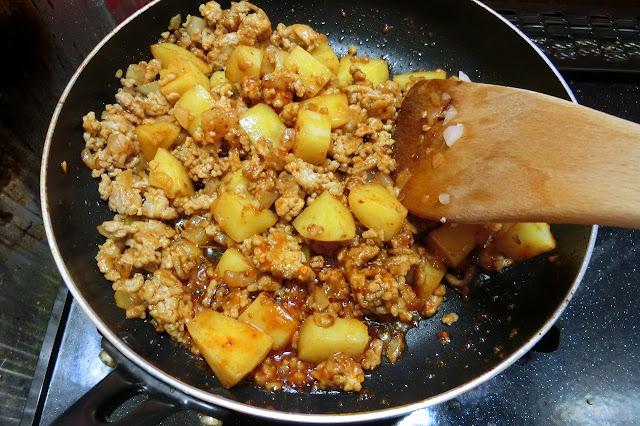 【合わせ調味料】を加え、全体に行き渡るように木べらで混ぜ合わせながら炒め合わせ、火を止めます。