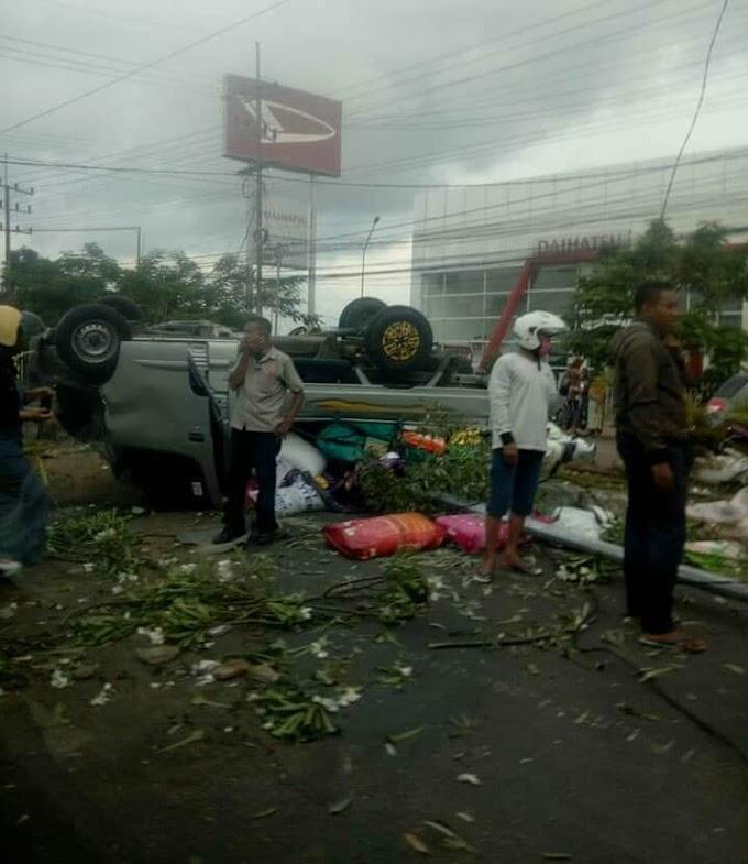 Sopir Belajar Tabrak Pembatas Jalan Dan PJU Kecamatan Kaliwates.