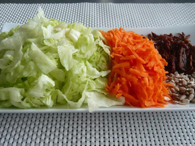 Surówka z sałaty lodowej, marchewki i suszonych pomidorów. Wartości odżywcze sałaty lodowej - Czytaj więcej »