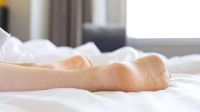क्या आपने कभी सोचा चादर से पैर बाहर निकालते ही नींद क्यों आ जाती है ?