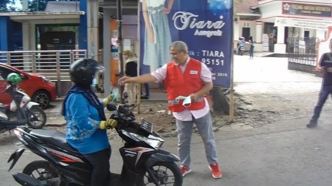 Stock Masker Aman,, PMI Jember Bagikan Masker Pengendara.