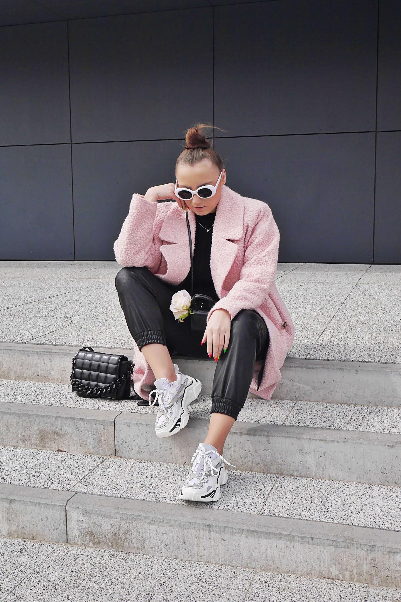 blog modowy blogerka modowa karyn puławy różowy oversizowy płaszcz bonprix skórzane joggery femme luxe białe sneakersy ccc stylizacja wiosenna białe okulary mała torebka