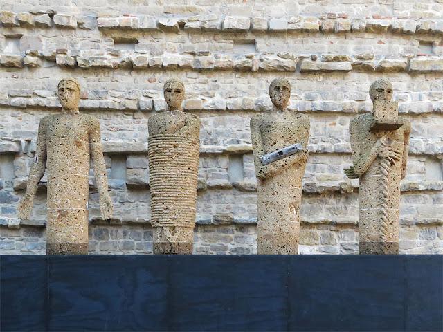 I testimoni, The Witnesses by Mimmo Paladino, parvis of the Basilica di San Lorenzo, Piazza di San Lorenzo, Florence