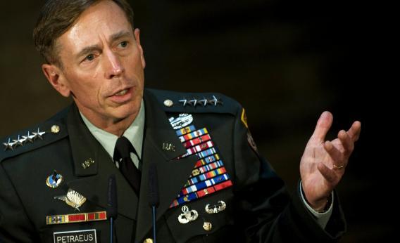"""O ex-diretor da CIA, David Petraeus, disse no domingo que ele """"cometeu um erro grave"""" cinco anos atrás, quando ele compartilhou informações confidenciais com o sua biógrafa e ex-amante, Paula Broadwell"""