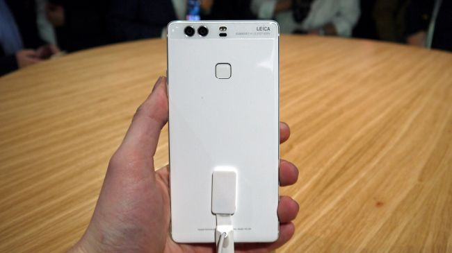 huawei p9 plus review. also, at just 6.98 mm thick it\u0027s also thinner than the 6s plus (7.3mm) and 5.5-inch samsung galaxy s7 edge (7.7mm), but is shorter huawei p9 review
