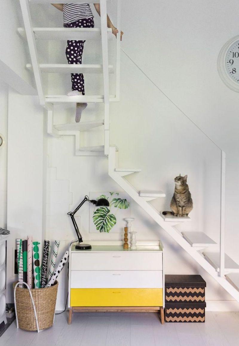Mueble bajo  la escalera pintado
