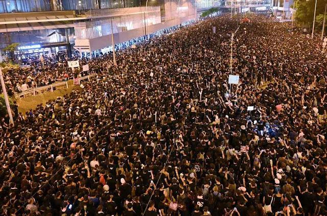 Quase dois mihões de habitantes de Hong Kong pedem o fim das extradições a China.