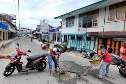 Cegah Kecelakaan Saat Musim Hujan, Pemuda Anggun Perbaiki Jalan Lubang