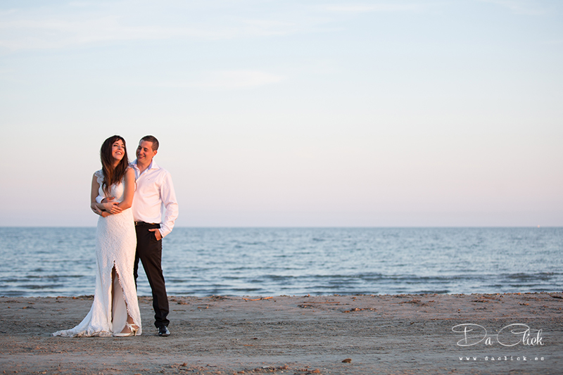 pareja de novios en la playa