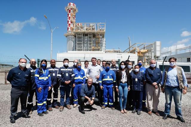 O presidente da República, Jair Bolsonaro, posa para foto com funcionários da UTE Porto de Sergipe I. - Alan Santos/PR