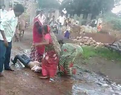VIDEO: अबैध शराब की मुखबरी करने बाले को पूरे परिबार ने मारमारकर कर दिया मरणासन्न | INDAR NEWS