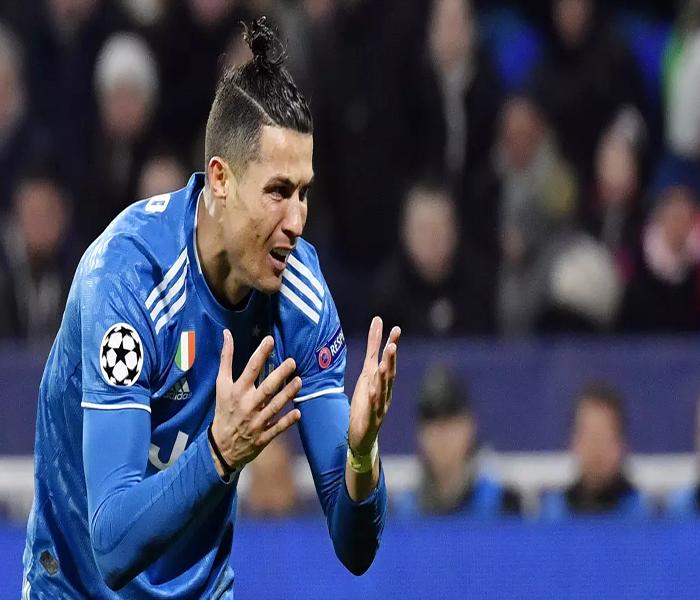 Striker Juventus, Cristian Ronaldo tampak kecewa usai di taklukkan Lyon pada laga Liga Champions di stadion Parc Olympique Lyonnais, Lyon menang 1-0 atas Juventus.