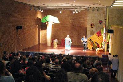 Contadora de histórias no palco do festival um Porto de Contos