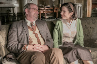 Richard Jenkins and Sally Hawkins in The Shape of Water (20)