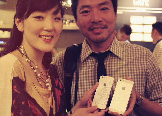 couple holding james jean iphone 5