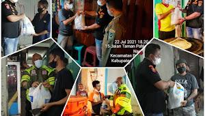 SatPol PP Kabupaten Purwakarta Bagikan Paket Sembako Di Hari Pertama Perpanjangan PPKM Level 4
