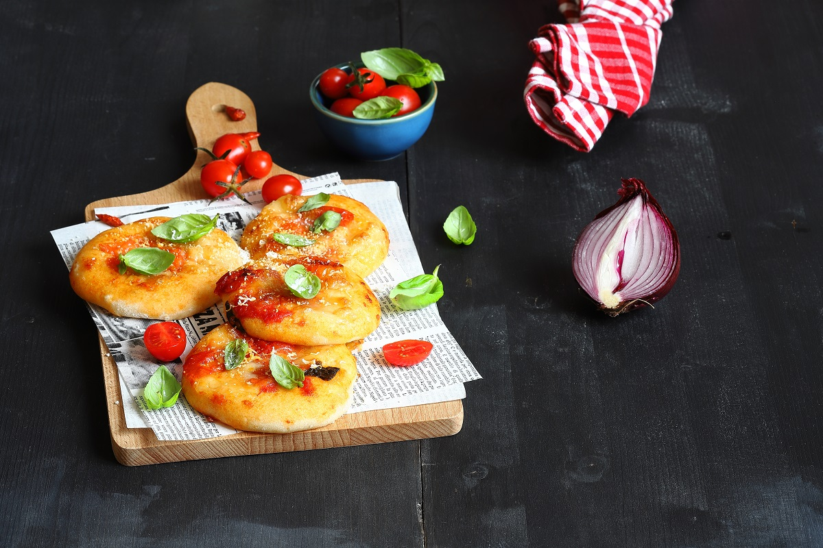 Pizzette con pomodoro, cipolle e ricotta salata