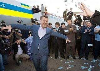 """""""Ну что не ждали?"""": Віктор Янукович повертається в Україну. Відео"""
