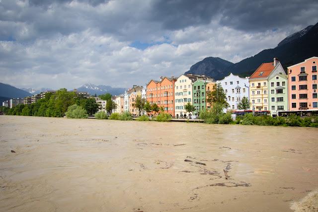 Case colorate sulle rive del fiume Inn-Innsbruck