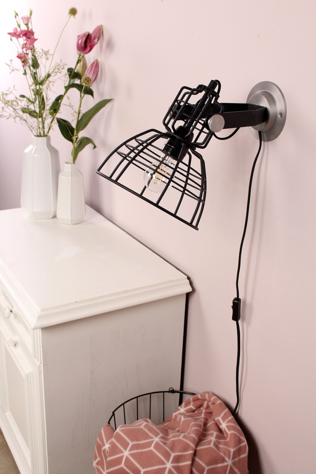 Foco de pared de hierro negro con lámpara incandescente de aspecto industrial