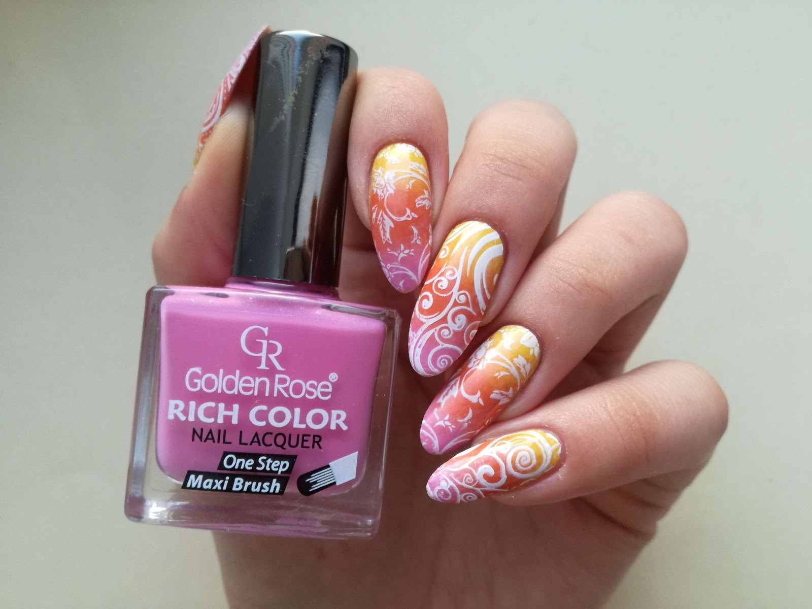 różowe ombre i stemple na paznokciach