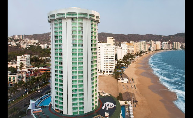 The silhouette of the circular tower of the Hotel Calinda Beach Acapulco stands out in one of the most beautiful bays in the world, in the heart of the Golden Zone, where you can appreciate the beauty of the Sea of Acapulco.