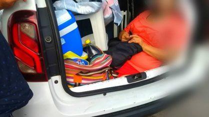 Família é flagrada transportando a sogra no porta-malas do carro em SC