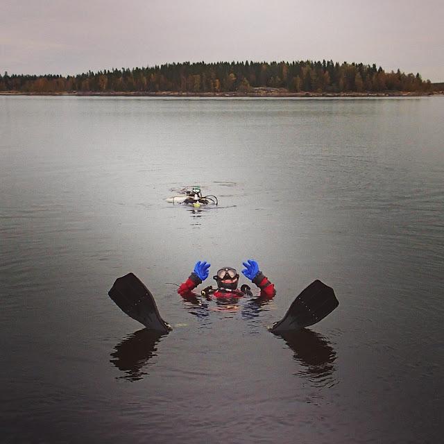 Kaksi sukeltajaa kelluu pinnalla