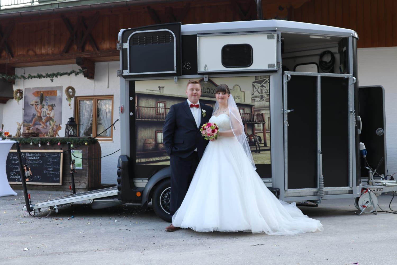 Brautpaar, Hochzeit, Horsebox-Bar, Hochzeitsempfang, mobile Bar, Pop-up-Bar, Bar-Team, Event-Bar, rent a Bar, Garmisch-Partenkirchen, Hochzeitsbar, 4 Gin & Drinks