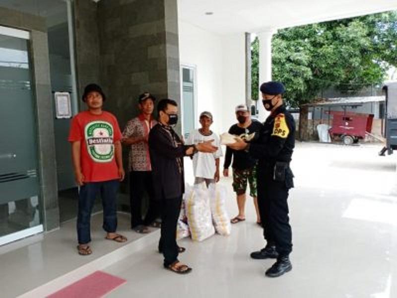 Sat Brimob Polda Jabar Bantu Warga Kurang Mampu di Cirebon