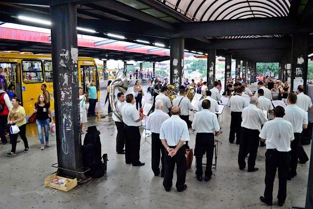 Banda Lira Curitibana leva emoção e cultura ao Terminal do Maracanã