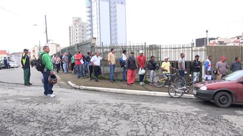 Fila para emprego por meio do CAC dobra o quarteirão nesta sexta-feira em Pouso Alegre