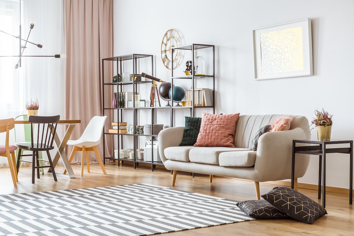 Salón con paredes blancas y muebles de metal