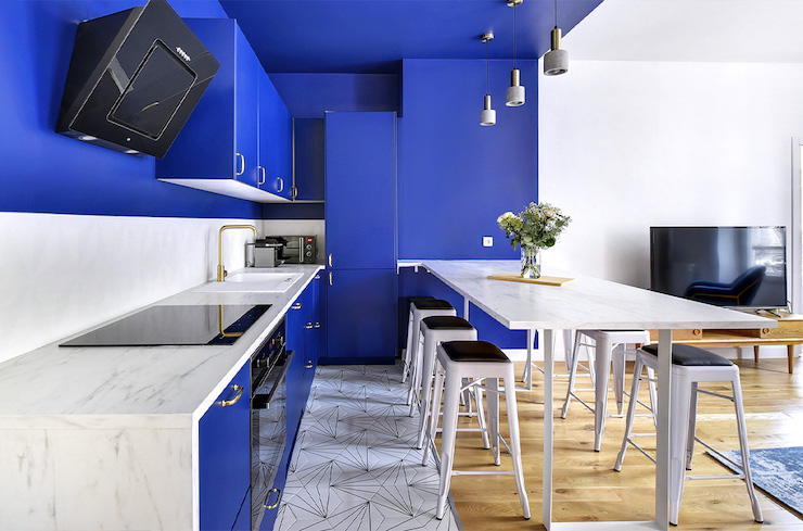 Cocina con frente azul abierta al salón