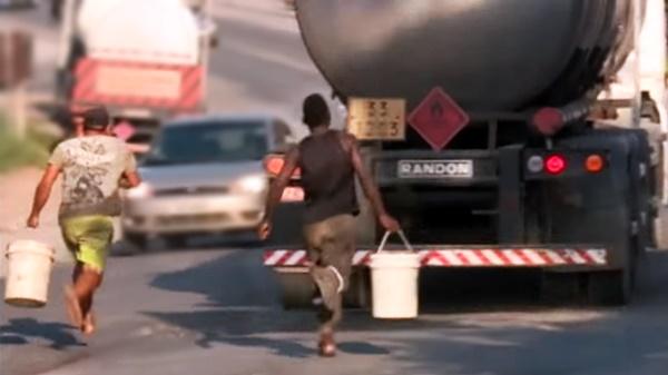 ladroes roubando combustivel caminhao