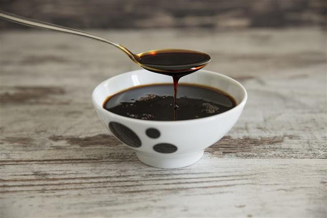 6 آثار سحرية لملعقة العسل الأسود في الصباح